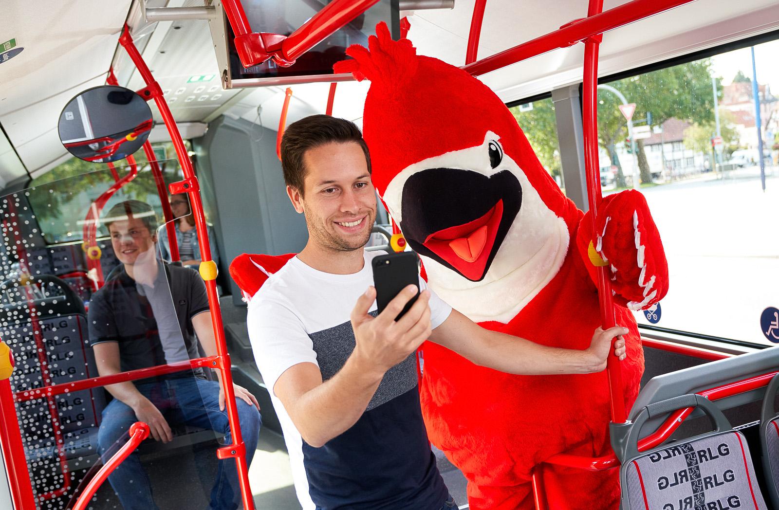 Bus- und Bahnfahren leicht gemacht: Mit der Big Bird – App einfach ein- und auschecken.